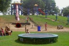 Blije Dries Speeltoestellen overzicht met trampoline